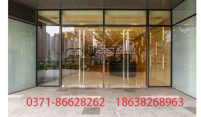 商场典型铝合金门窗形成明显冲击力